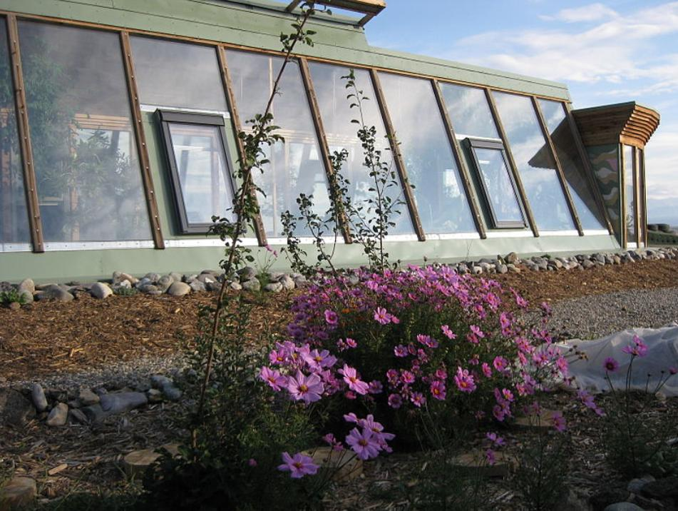Earthship_passive_solar_glazing_by_Amzi_Smith